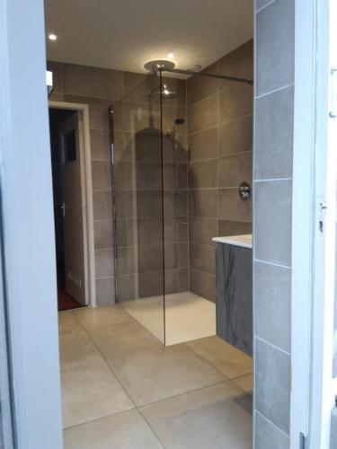 Badkamer, geheel betegeld, met leidingwerk en plaatsing