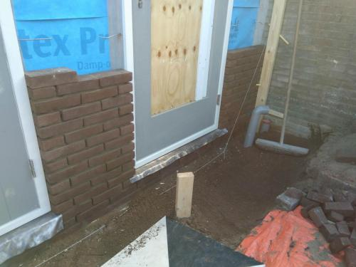 Begin metselwerk en geplaatste deur