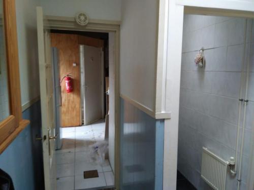 Doorgang vanuit de keuken naar de badkamer