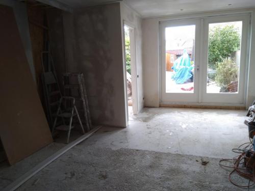 Betonvloer gestort, ook de twee buitendeuren zijn geplaatst.